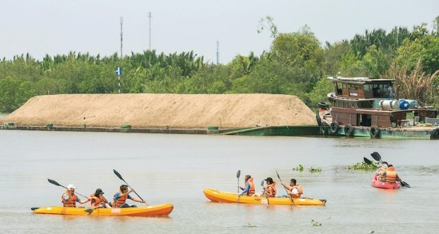 Chèo thuyền kayak trên sông
