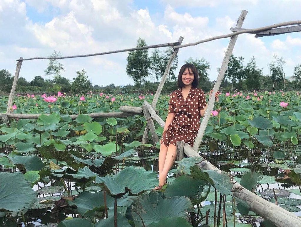 Chụp ảnh tại dầm sen Tam Đa